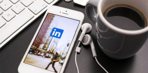 Смартфон с иконкой LinkedIn