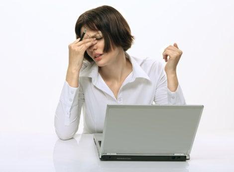Фото девушки с закрытыми глазами перед ноутбуком