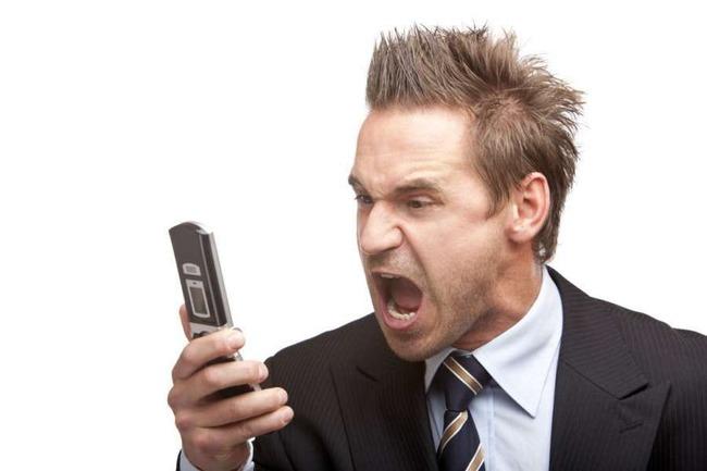 Фото гневного мужчины с телефоном