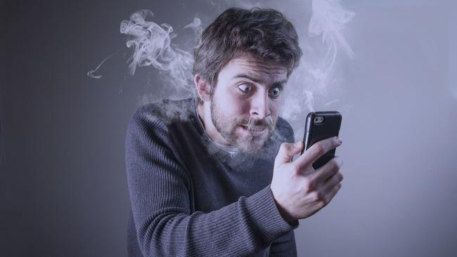 Фото мужчины с телефоном в дыму