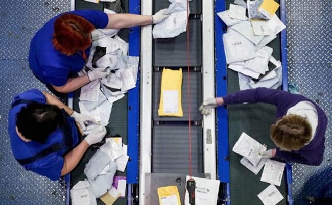 Фото сверху сотрудников почты