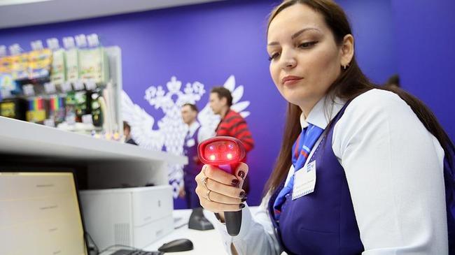 Сканер в руках сотрудницы почты