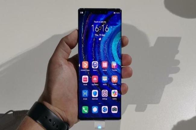Фото смартфона в руке