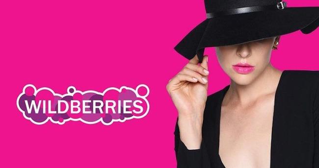 Логотип Wildberries рядом с девушкой в черном
