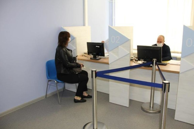 Женщина сидит на приеме в отделении ЦЗ