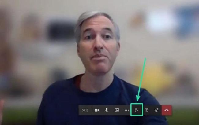 Мужчина на экране видеочата