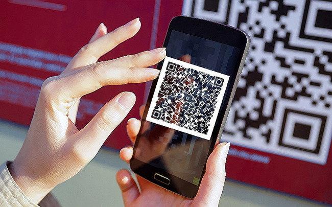QR-код на экране смартфона