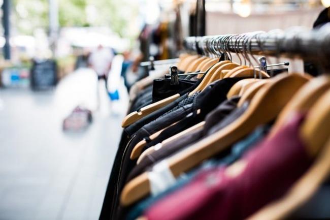 Ряд висящей на плечиках одежды