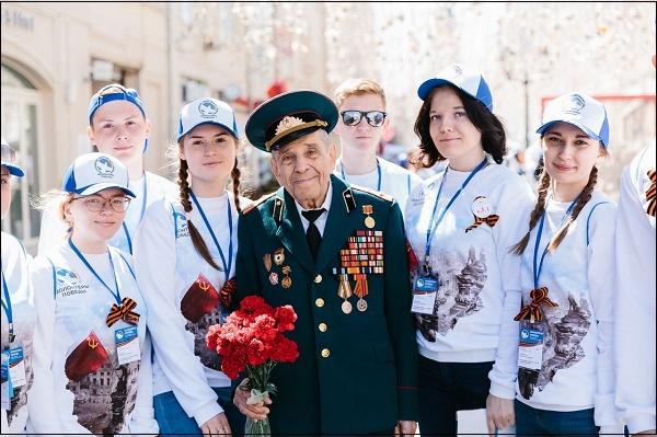 Фото волонтёры и ветеран