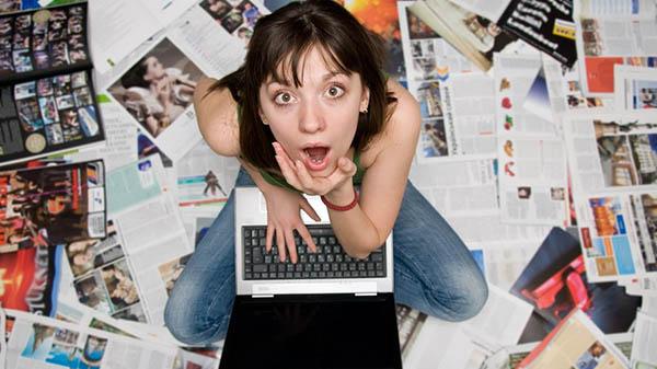 Удивлённая девушка с ноутбуком