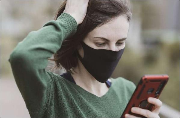 Картинка девушка в маске с телефоном